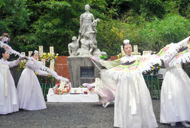 殉難の碑の前では、追悼の舞が披露された=舞鶴市佐波賀