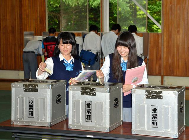 模擬選挙では町選管から借りた投票箱を使った=7月8日、軽井沢町の軽井沢高校
