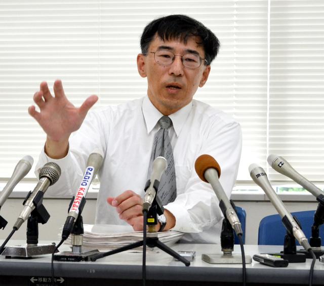 提訴後に会見する原告代理人の作花知志弁護士=神戸市