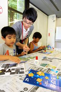 木工ボンドやつまようじなどを使って模型を作った=横浜市磯子区のはまぎんこども宇宙科学館
