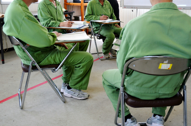 アルコール依存回復プログラムでは、受刑者たちが飲酒運転につながった自らの過去を振り返るグループワークに取り組む=兵庫県加古川市の加古川刑務所