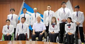井戸知事に健闘を誓う(前列右端から)上地選手、別所選手ら=神戸市中央区