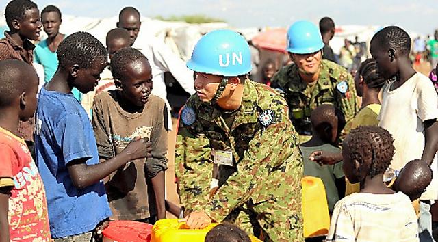 国連のPKO施設内にある避難民居住区で、給水状況を視察する自衛隊員=2014年4月、ジュバ、三浦英之撮影