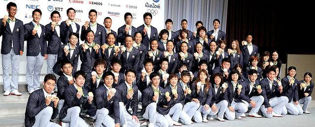 帰国会見を終え、記念撮影するリオ五輪のメダリストたち=24日、東京都港区、嶋田達也撮影