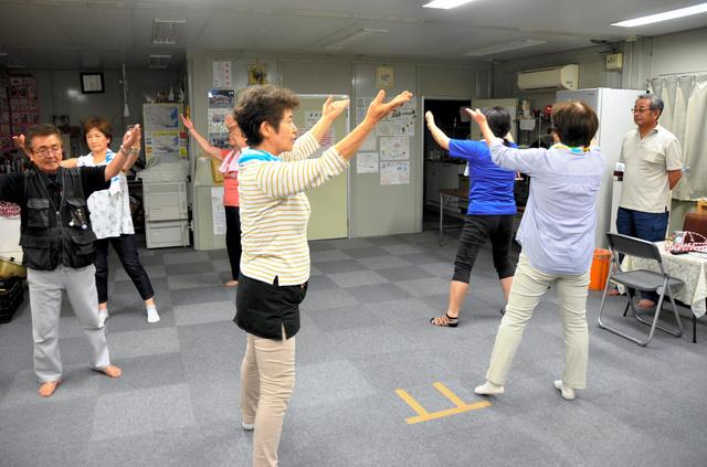 手踊りの練習を始めたメンバー。右端が指導する小国一夫会長=大槌町の安渡公民館