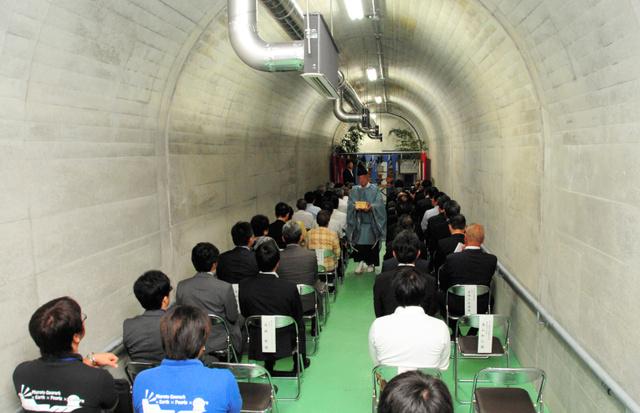 津波シェルター内。落成式を前に神事が行われた=25日午前10時51分、高知県室戸市