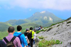 神津島の最高峰・標高572メートルの天上山に登山するショートステイの参加者たち=7月、神津島村教委提供