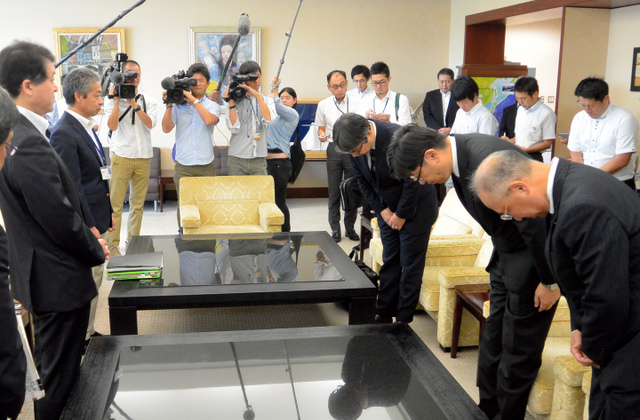 泉田裕彦知事(左)に謝罪する東電の姉川尚史常務(右から2人目)ら=県庁