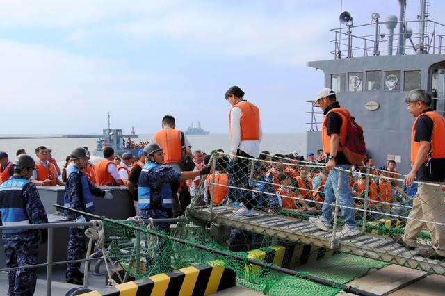 孤立した下北半島から帰宅困難者を海上自衛隊の船で送る訓練=25日午前9時半ごろ、むつ市の大平岸壁