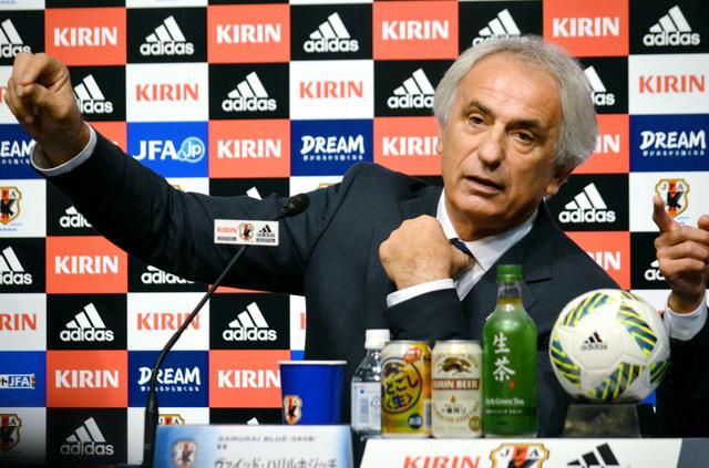 記者会見する日本代表のハリルホジッチ監督
