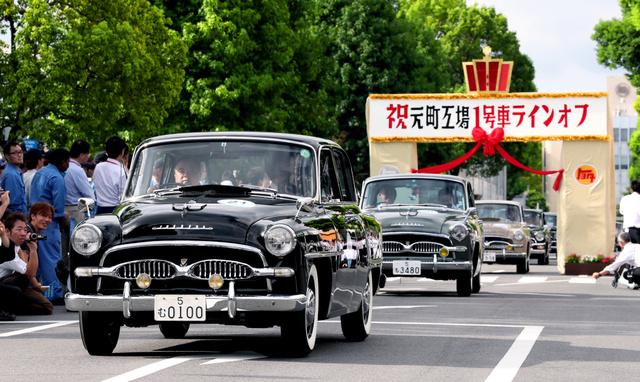 トヨタ自動車元町工場内をパレードする初代クラウン=25日午後、愛知県豊田市、細川卓撮影