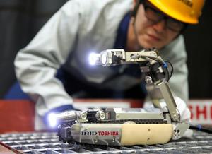 原子炉格納容器の中に投入される予定の調査ロボット。狭い場所を通り抜けられるよう走行時は細く、調査時は後部のカメラを前に起こして撮影する。転んでも自力で復帰できるという