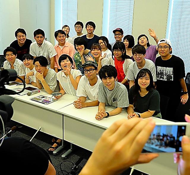 最後の記者会見で、記念写真に納まるシールズのメンバーたち=16日、東京都千代田区、関田航撮影