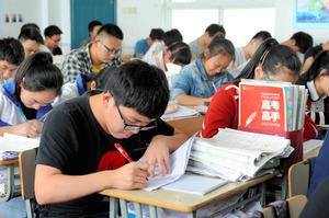 参考書を広げ、必死に受験勉強する生徒たち=Imaginechina via AP Images