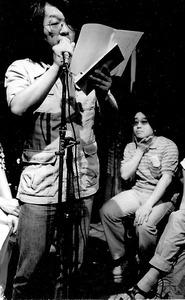 東京のライブハウスで詩を朗読する。「朗読中の私はストリッパーみたいなもんです。ロックや河内音頭のバンドと組んだりもしました」=1980年ごろ、本人提供