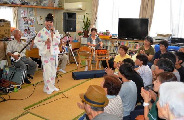 仮設住宅の集会所で民謡を披露する高校生=東松島市牛網