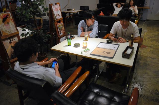 カフェ&バー「アクターズスクエアコーヒー」では、多くの若者がスマホを手にポケモンを探していた=宮崎市橘通東3丁目