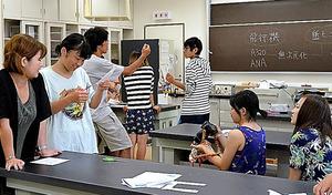 体験授業を受ける小林里桜さん(左から2人目)と柳沼空良君(右から3人目)=5日、八丈島