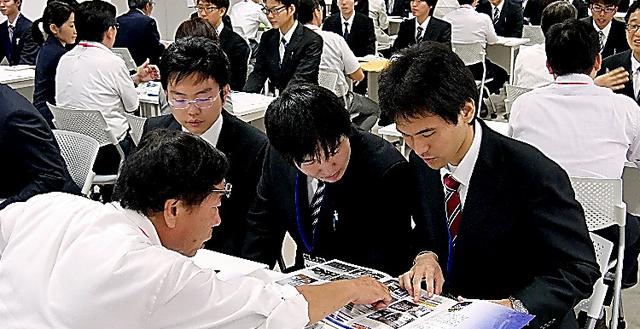 実習先と面談する東京工科大の学生=東京都八王子市