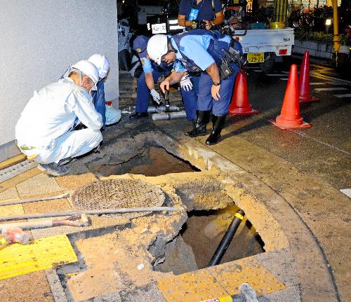 下水道の老朽化で歩道が陥没し、親子2人がけがをした=2013年9月3日、大阪府豊中市