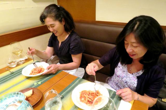アマトリーチェの復興を願って、イタリア料理店でアマトリチャーナを食べる女性客=26日、東京都新宿区、杉原里美撮影