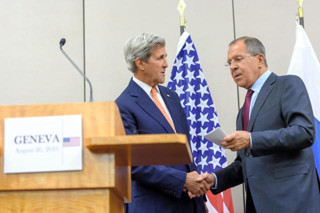 スイス・ジュネーブで26日、会談後に握手をする米国のケリー国務長官(左)とロシアのラブロフ外相=AP