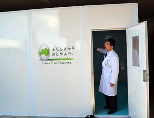 簡単に組み立てられる段ボール素材の救急室=福島市の県立医科大