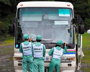 原子力事故を想定した広域避難訓練で、スクリーニングを受ける高浜町から来たバス=27日午前、京都府綾部市、遠藤真梨撮影