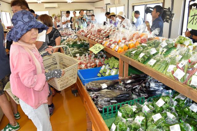 開店後、買い物客でにぎわう萌の里の仮店舗=27日午前、熊本県西原村