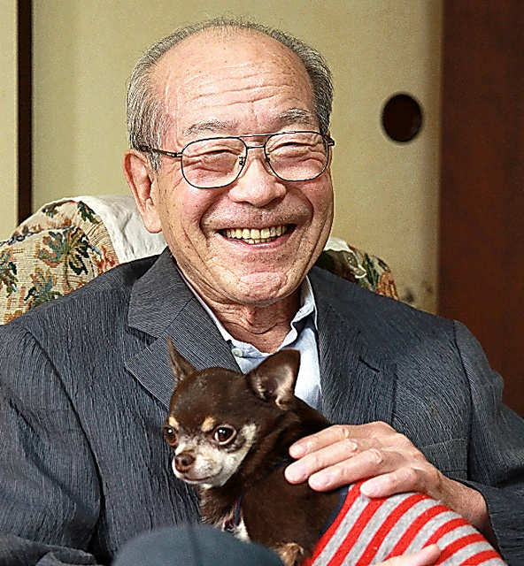 チワワに懐かれ、破顔一笑の山岸章さん=2013年10月、千葉県市川市の自宅