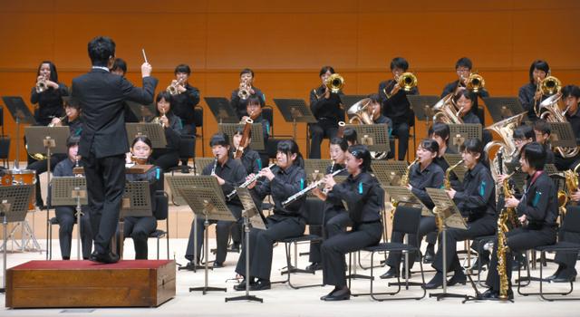 演奏する広島大吹奏楽団=鳥取市のとりぎん文化会館