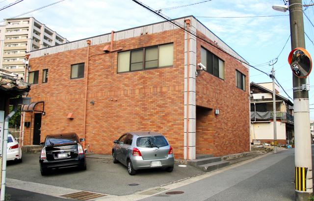 住宅街の一角にある道仁会の本部事務所。入り口付近には監視カメラも取り付けられていた=27日午後、福岡県久留米市(車のナンバーにモザイクをかけています)
