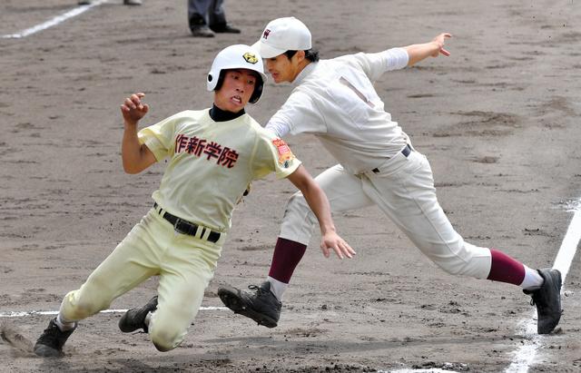 早大学院―作新学院 七回裏作新学院1死三塁、打者鈴木のとき、走者大塚(左)は三塁を飛び出し本塁をつくがタッチアウト。投手小泉=明石トーカロ、水野義則撮影