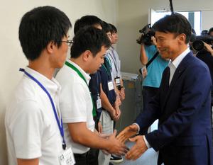 熊本地震の被災自治体に応援派遣されている職員を激励する三反園訓知事=2日、熊本県甲佐町