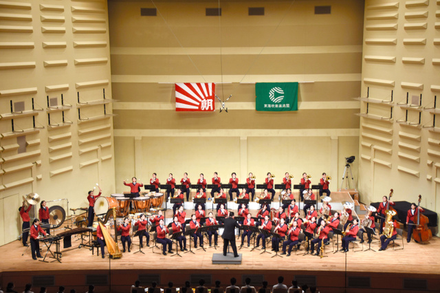 演奏する浜松海の星=浜松市のアクトシティ浜松