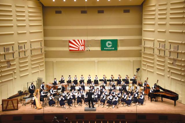 演奏する光ケ丘女子=浜松市のアクトシティ浜松