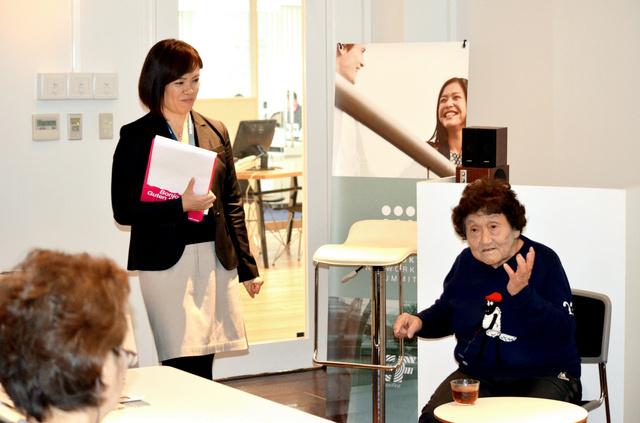 シニア留学の説明会で体験を語る河野寿子さん(右)=東京都内