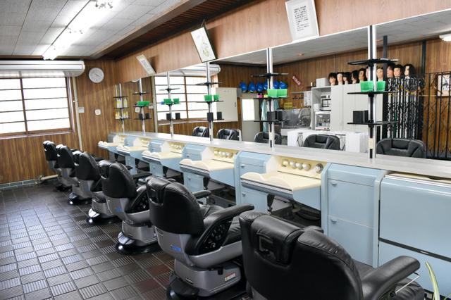 奈良少年刑務所の中にある若草理容室の店内=奈良市般若寺町
