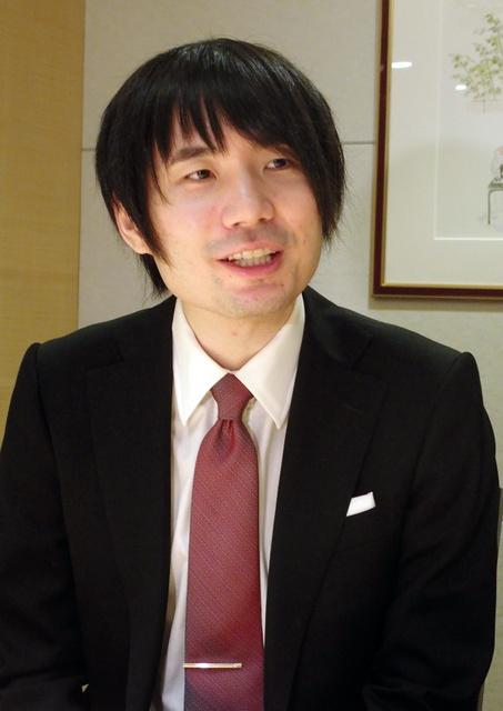 インタビューに応じる佐藤天彦名人=28日午後3時15分、福岡市中央区、安斎耕一撮影