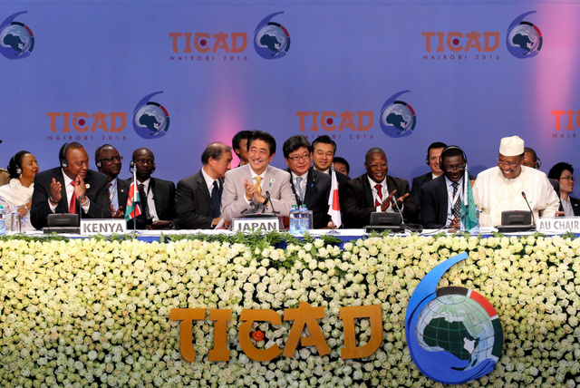 TICADの閉会セッションで共同議長を務めたチャドのデビ大統領(右)がナイロビ宣言を採択し、拍手するケニアのケニヤッタ大統領(左)と安倍晋三首相(中央)=28日、ケニア・ナイロビのケニヤッタ国際会議場、飯塚晋一撮影