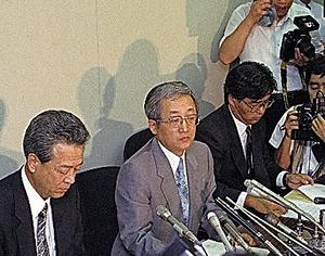 メーカーや商社などの損失補填の相手先リストが大手証券4社から公表された。4社分をまとめたリスト公開の記者会見に臨む関要日本証券業協会専務理事(中央)=1991年7月29日