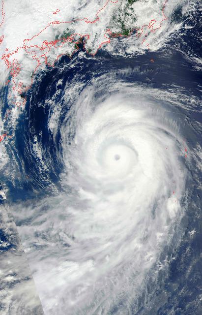 28日、衛星から撮影された台風10号=NASA(米航空宇宙局)/AFP時事。破線で日本列島などの輪郭を強調した