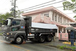 ダイオキシンを含む廃棄物の仮置き場に入るトラック=29日午前11時4分、大阪府豊能町、筋野健太撮影