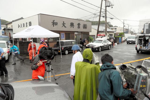 発砲事件があった現場付近に集まった報道陣=29日午後0時6分、和歌山市塩屋、内田光撮影