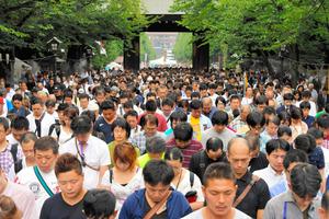 靖国神社でもくとうする参拝者=15日正午、東京都千代田区、小玉重隆撮影
