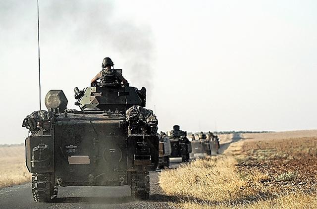トルコ南部で27日、シリア国境に向かうトルコ軍=AP
