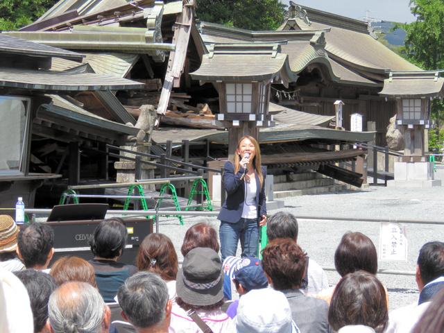 復興支援に訪れ阿蘇神社境内で歌う八神純子さん=阿蘇市一の宮町