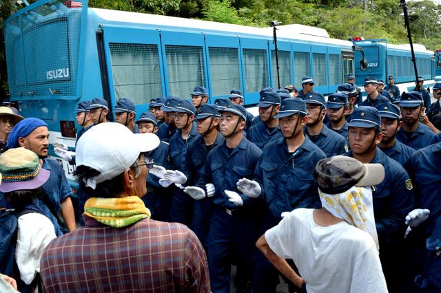 ヘリパッド建設に反対する市民と機動隊員のにらみ合いは24日もあり、その後も毎日続いている=沖縄県東村、吉田拓史撮影