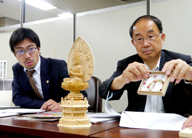 """「開運商法」で寺院などを提訴して会見する弁護団。ブレスレット購入をきっかけに、祈<Asajikai sjis=""""祷"""">禱</Asajikai>(きとう)料や仏像の代金をだまし取られたと訴えている=東京・霞が関"""