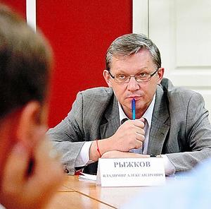 突然認可が取り消された大学の学生たちの訴えに耳を傾けるルイシコフ・元下院第1副議長=バルナウル、駒木明義撮影